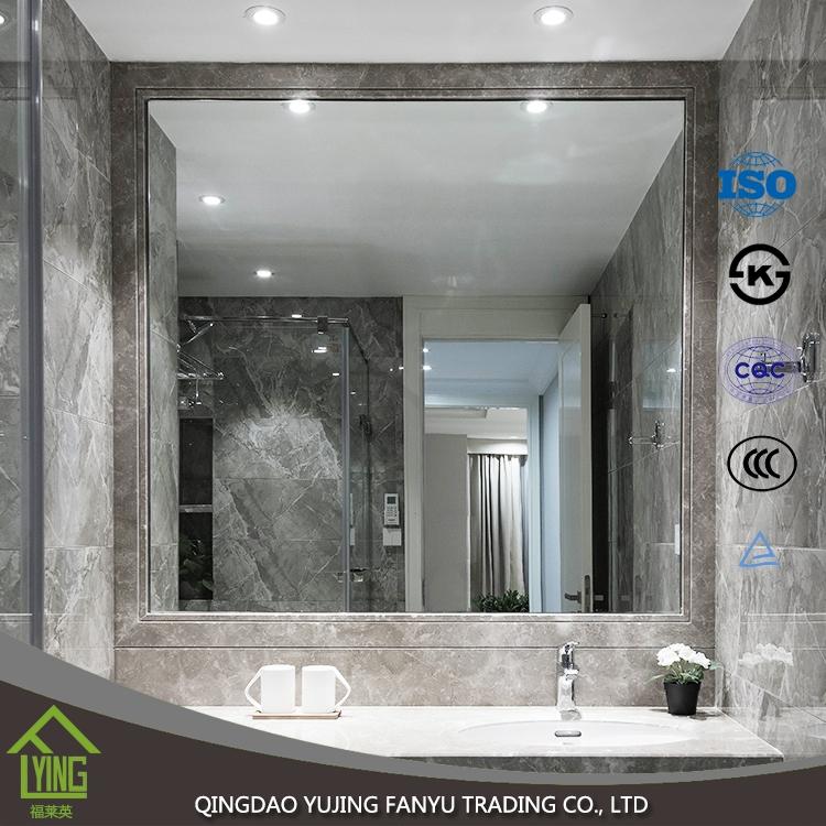 Cuarto de baño moderno de la alta calidad con el espejo de plata ...